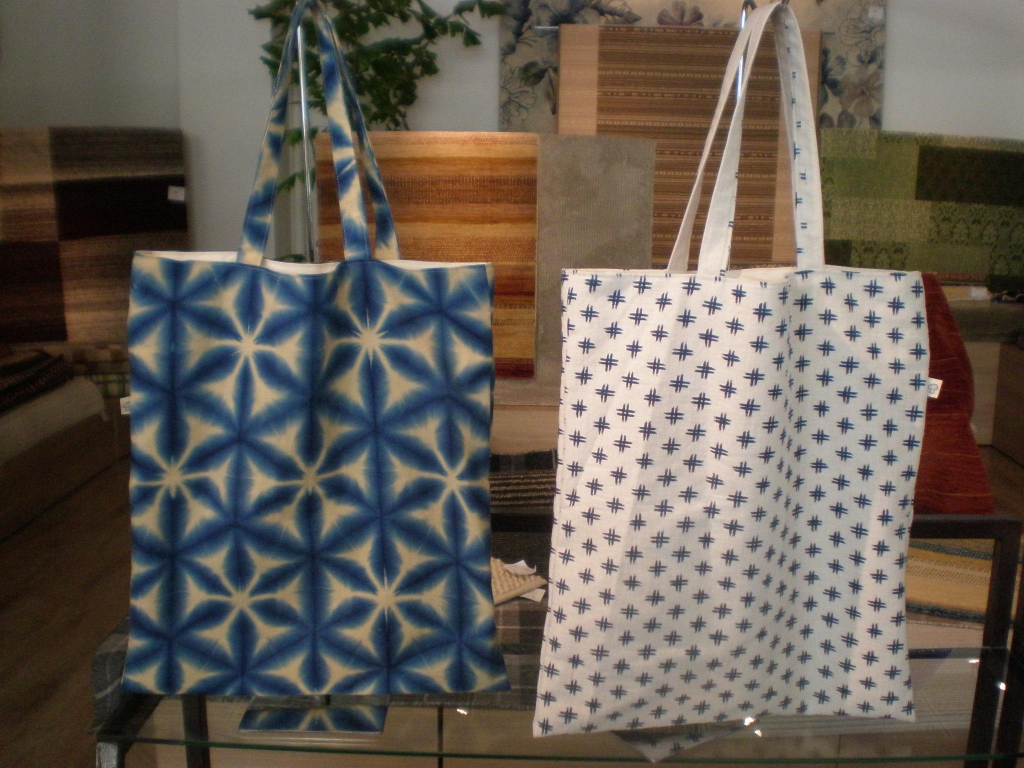 雪花絞りの布で作った袋と小紋で作った袋